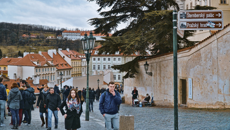 The famous Prague Castle - a main attraction for tourists - PRAGUE / CZECH REPUBLIC - MARCH 20, 2017 新聞圖片