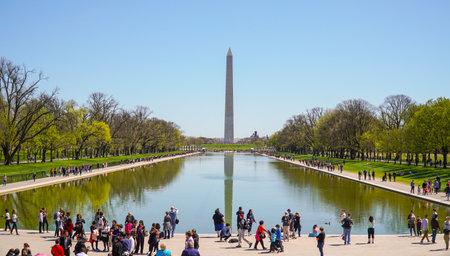 lincoln memorial: Lincoln Memorial Reflecting Pool - WASHINGTON DC - COLUMBIA - APRIL 7, 2017 Editorial