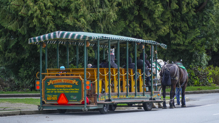 Horse drawn trolley at Stanley Park Vancouver - VANCOUVER - CANADA - APRIL 12, 2017 新聞圖片