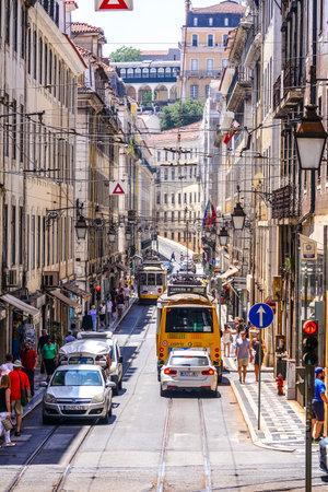 Vista típica da rua em Lisboa com trilhas de eléctrico - LISBOA - PORTUGAL - 17 DE JUNHO, 2017 Foto de archivo - 81462864