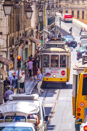 Típica vista de la calle en Lisboa con las vías del tranvía - LISBOA - PORTUGAL - 17 DE JUNIO DE 2017 Foto de archivo - 81462848
