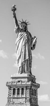 有名なアイコニックランドマーク-ニューヨークの自由の女神 写真素材