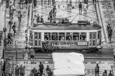 Beroemde tram in het historische district van Lissabon - LISBON  PORTUGAL - 17 JUNI, 2017