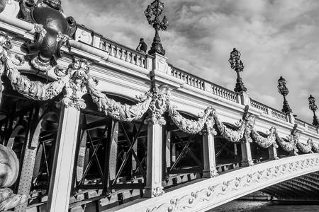 파리의 도시에있는 놀라운 Alexandre III Bridge