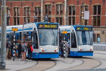 Il tram di Amsterdam - partenza in stazione centrale - AMSTERDAM - PAESI BASSI - 20 LUGLIO 2017 Archivio Fotografico - 85149387