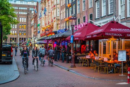 Kleurrijke bars op Rembrandt Square - een populaire plek Redactioneel