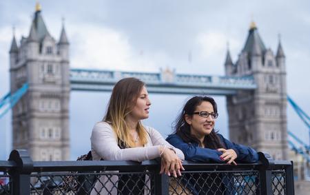 The Tower Bridge London met twee meisjes op een sightseeingtour