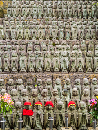 Army of praying monk statues at Hase Dera Temple in Kamakura Standard-Bild - 115107623