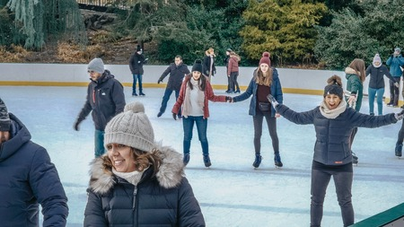 The famous Central Park Ice Rink at Christmas time - NEW YORK - Редакционное