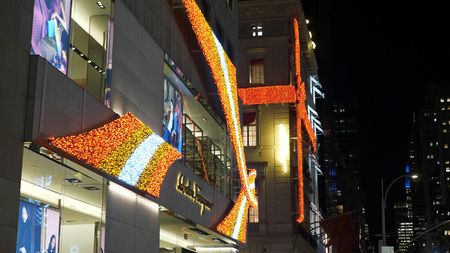 Chrismas decoration on the house facade of Saks Fifth Avenue - NEW YORK, UNITED STATES - DECEMBER 4, 2018 에디토리얼
