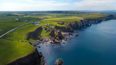 Dunluce Castle in Irlanda del Nord - veduta aerea - fotografia di viaggio