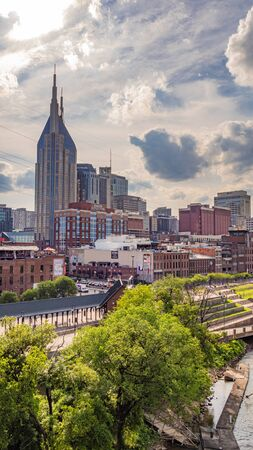 View over Nashville from Cumberland River - NASHVILLE, USA - JUNE 15, 2019 Archivio Fotografico - 137810552