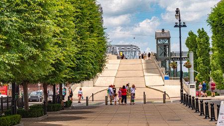 Path to John Seigenthaler Pedestrian Bridge in Nashville - NASHVILLE, USA - JUNE 15, 2019 Archivio Fotografico - 137810531