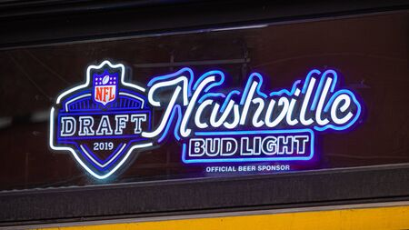 Nashville neon sign at a pub - NASHVILLE, USA - JUNE 15, 2019 Archivio Fotografico - 137810521