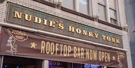 Nudies Bar on Nashville Broadway - NASHVILLE, USA - JUNE 15, 2019 Archivio Fotografico - 137810524