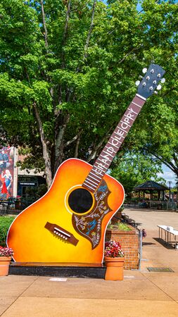Huge guitars at Grand Ole Opry - NASHVILLE, USA - JUNE 15, 2019 Archivio Fotografico - 137810527