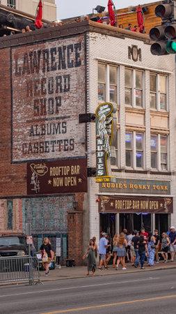 Nudies Rooftop Bar in Nashville - NASHVILLE, USA - JUNE 15, 2019 Archivio Fotografico - 137810528
