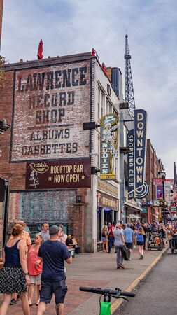 Nashville Broadway is a popular and busy place in the city - NASHVILLE, USA - JUNE 15, 2019 Archivio Fotografico - 137810511