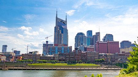 The skyline of Nashville at Cumberland River - NASHVILLE, USA - JUNE 15, 2019 Archivio Fotografico - 137810514