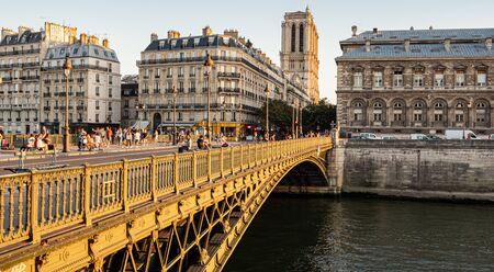 The bridges over River Seine in Paris - PARIS, FRANCE - JULY 29, 2019 免版税图像