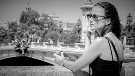 Beautiful girl enjoys the sun in the city of Paris Reklamní fotografie