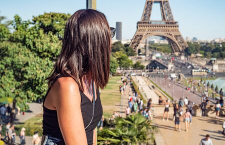 Young woman in Paris at Eiffel Tower 스톡 콘텐츠