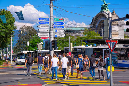 Street crossing in the city center of Lucerne Switzerland - LUCERNE, SWITZERLAND - AUGUST 16, 2020 Banque d'images - 155012770