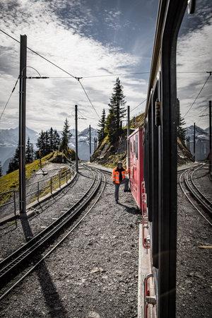 Cog railway train in the Swiss Alps - COUNTY OF BERN. SWITZERLAND - OCTOBER 9, 2020 Éditoriale