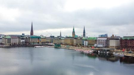 Beautiful City Center of Hamburg with Alster River - CITY OF HAMBURG, GERMANY - DECEMBER 25, 2020 新聞圖片