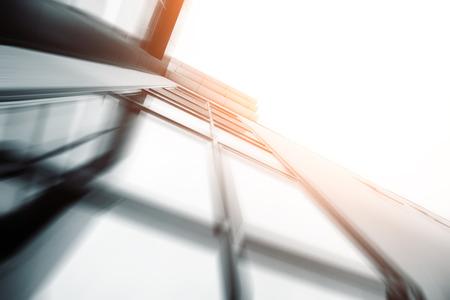 gestion empresarial: Amplio ángulo de vista abstracto de fondo de la luz azul de gran altura edificio comercial rascacielos de acero hecha de vidrio exterior. concepto de éxito arquitectura y centro de oficinas edificio industrial