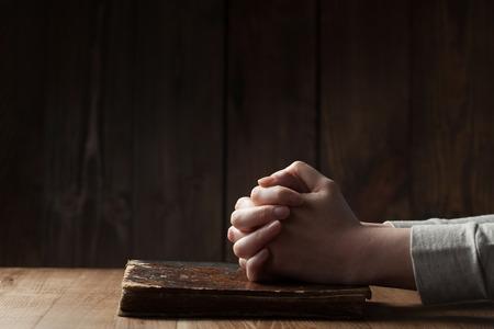 木製の背景を聖書の女性の手 写真素材
