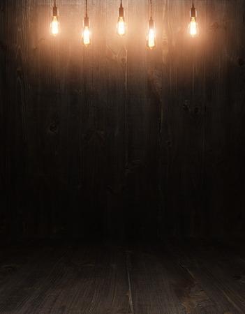 Donkere uitstekende bruine houten planken interieur met schaduwen