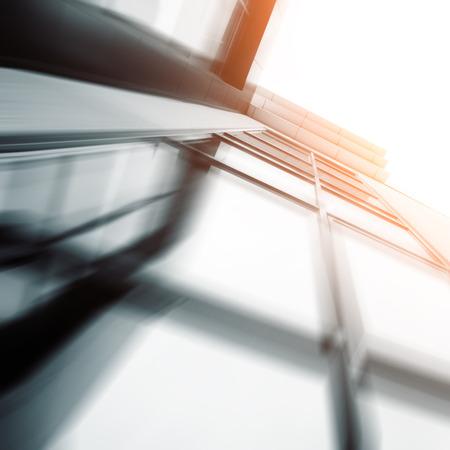 bienes raices: Amplio ángulo de vista abstracto de fondo de la luz azul de gran altura edificio comercial rascacielos de acero hecha de vidrio exterior. concepto de éxito arquitectura y centro de oficinas edificio industrial