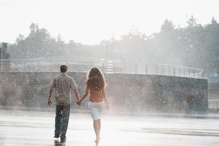 femme amoureuse: couple dans l'amour �treindre et embrasser sous la pluie d'�t�