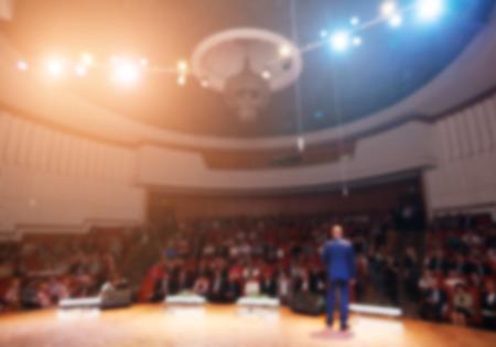 PARLANTE: hombre de negocios dando una presentación en una conferencemeeting