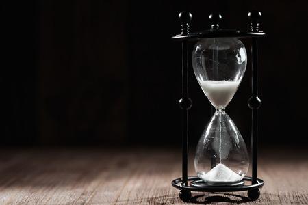 reloj de arena: concepto de tiempo con reloj de arena l Foto de archivo