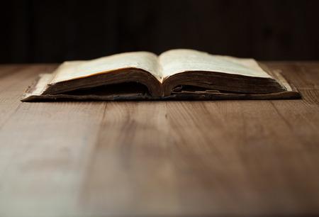 Immagine di una vecchia Sacra Bibbia su sfondo di legno in uno spazio buio Archivio Fotografico - 41263490