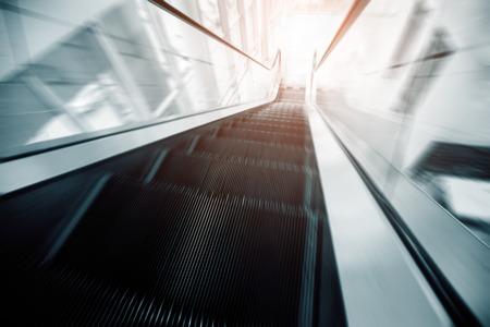 anuncio publicitario: escaleras mecánicas en movimiento en movimiento rápido
