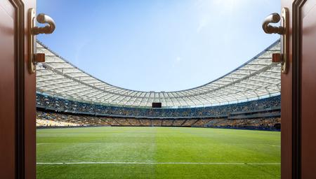 terrain de foot: à manger avec porte ouverte à un terrain de football
