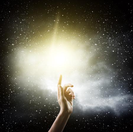 schöpfung: Religion Konzept. Finger berühren die Magie Himmel
