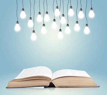 Open boek met glanzende lampen