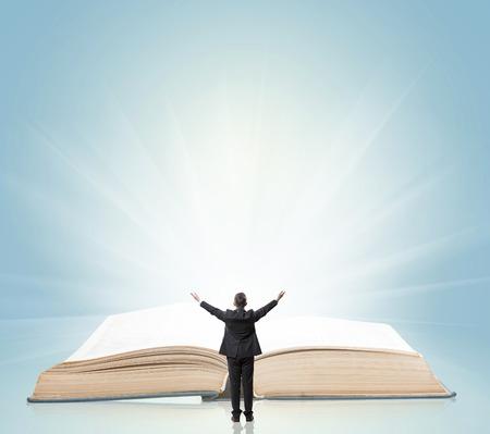 manos abiertas: Abra el libro con un hombre que levanta las manos
