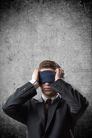 ojos vendados: Retrato de un hombre de negocios con una venda en los ojos