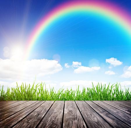 dia soleado: tablón de madera sobre un cielo azul. Belleza natural de fondo Foto de archivo