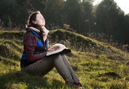 bible ouverte: Étude de la Bible dans le parc Banque d'images