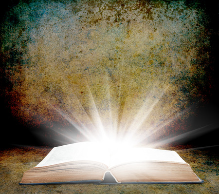 bible ouverte: conception de la texture de fond grunge vintage avec livre Banque d'images