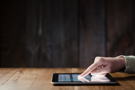 Žena ruční lisy na obrazovce digitální tablet