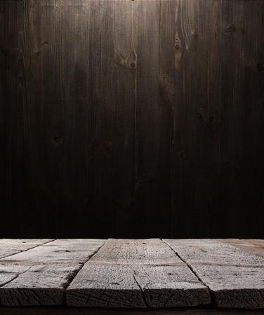 donkere houten achtergrond textuur. Houten plank, grunge industrieel interieur met gloeilamp Stockfoto