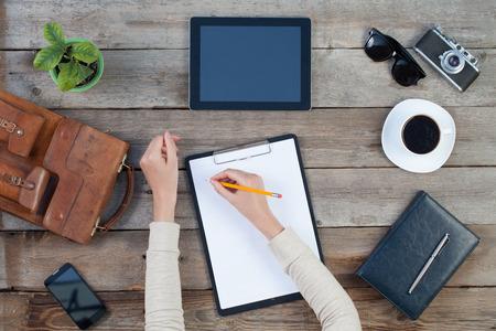 vrouw hand schrijven op papier