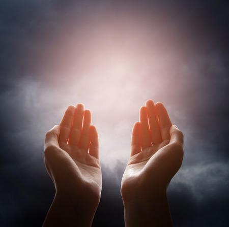 mano de dios: Mano que alcanza para la nube en el cielo